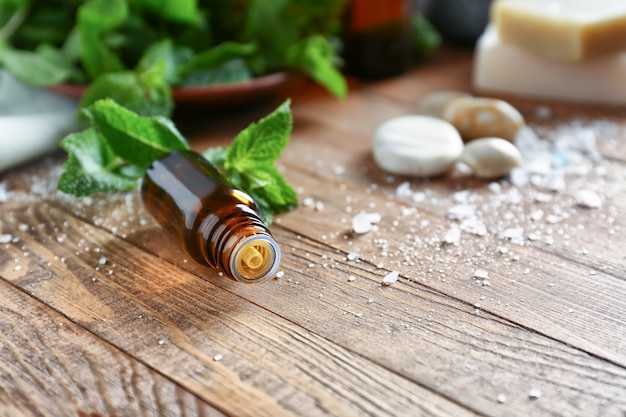 Olio essenziale di menta e sale marino su legno