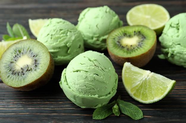 Palline di gelato alla menta e ingredienti su legno