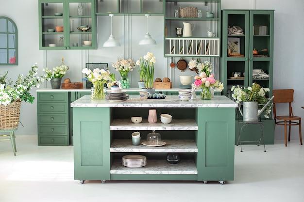 Interior design della cucina alla menta con decorazione