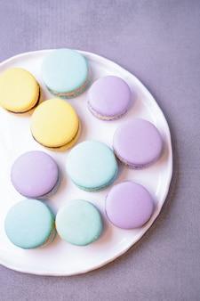 Dessert macarons menta, viola e giallo