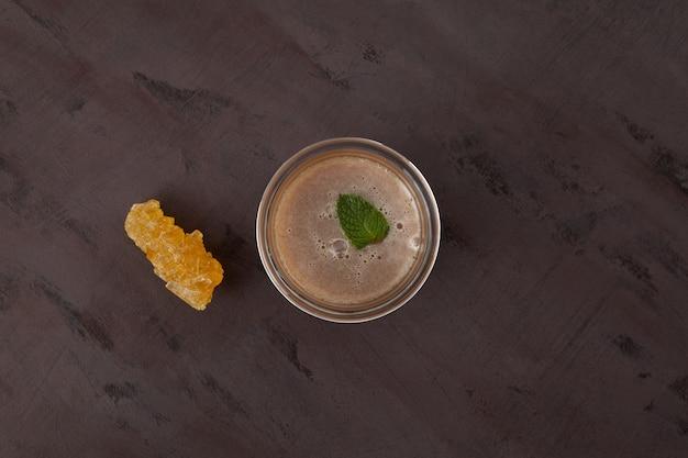 Tè alla menta o pudina chai indiana