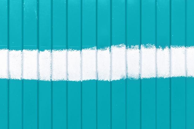 Recinzione in metallo turchese menta o acquamarina con strisce ondulate verticali