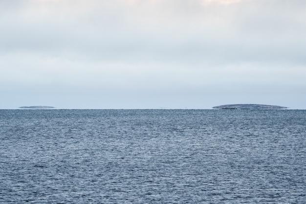 Miraggio sul mar bianco. le isole si librano sopra l'acqua all'orizzonte.