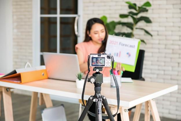 Videocamera mirorless registra video blog di imprenditrice o tendenza di allenatori professionisti e previsioni di affari 2021. corso online per la formazione sul canale videoblog durante il covid-19. concentrarsi sulla fotocamera.
