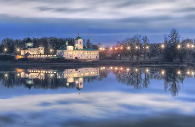 Monastero di mirozhsky a pskov e il riflesso del fiume velikaya