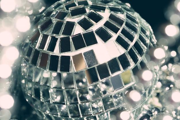 Le sfere dello specchio che riflettono le luci si chiudono su, vita notturna