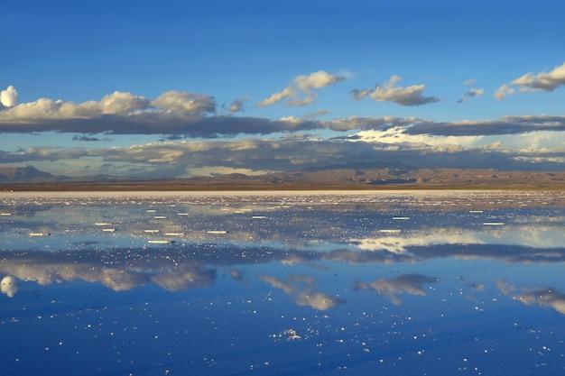 Effetto specchio degli appartamenti dei sali di uyuni alla fine della stagione delle piogge, bolivia
