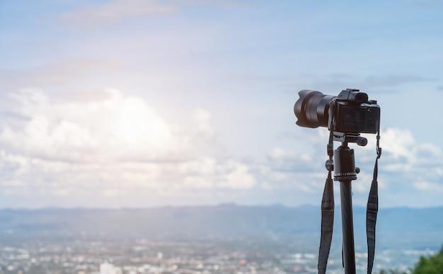 Fotocamera mirrorless che cattura l'ammirazione della catena montuosa del paesaggio urbano