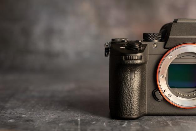 Sensore della fotocamera mirrorless su oscurità. concetto di tecnologia