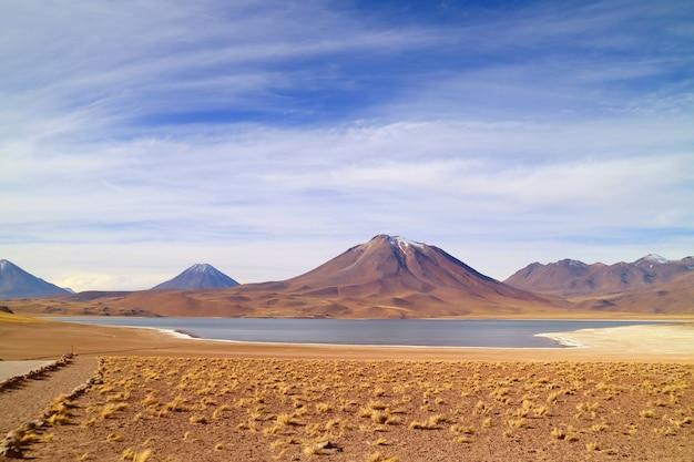 Lago miscanti a quota 4120 metri sul livello del mare con mt cerro miscanti cile
