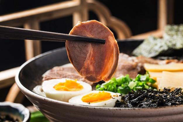 Tagliatelle asiatiche di miso ramen con uovo, cucina giapponese.
