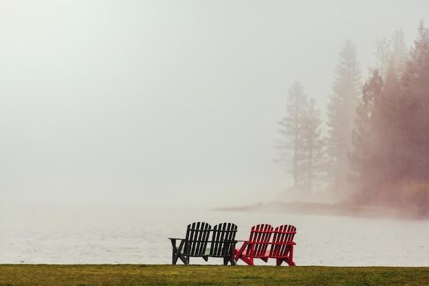 Misty mountain lake nelle prime serene mattine in montagna.