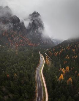 Passo di montagna nebbioso nelle dolomiti