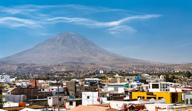 Vulcano nebbioso visto da yanahuara ad arequipa perù