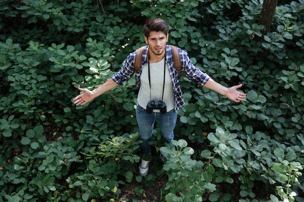 Uomo incompreso nella foresta