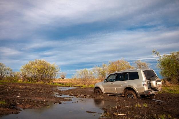 Mitsubishi pajero montero su strada sterrata dopo la pioggia