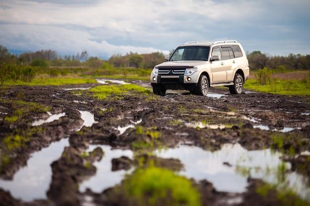Mitsubishi pajero montero su strada sterrata in estate