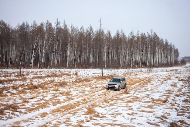 Mitsubishi pajero montero su strada sterrata nella foresta invernale