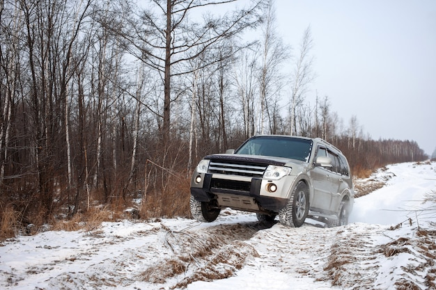 Mitsubishi pajero montero su strada sterrata in inverno