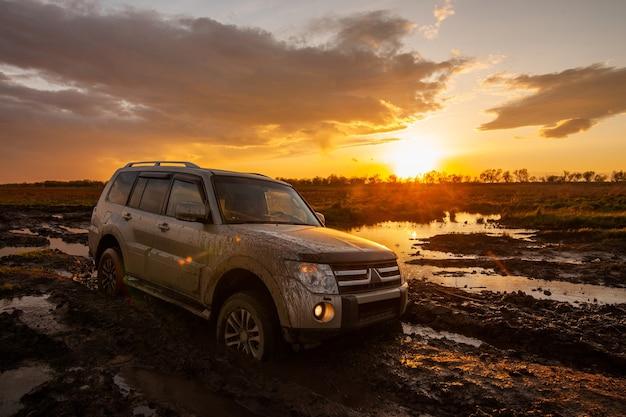Mitsubishi pajero montero bloccata nel fango