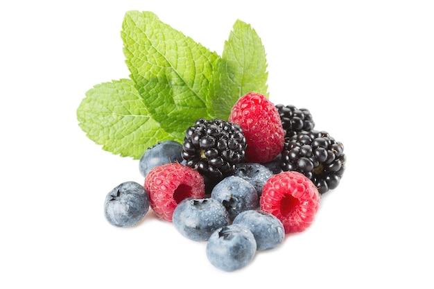 Misto di frutti di bosco. lamponi, mirtilli e more su bianco con foglie di menta