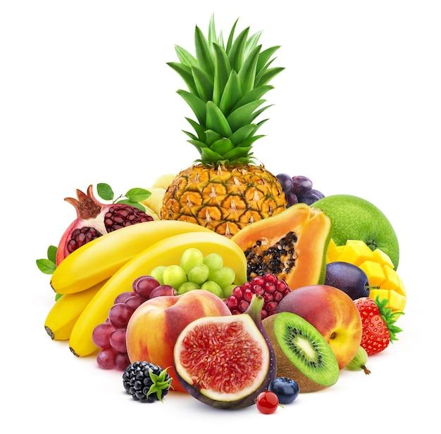Mix di frutta fresca e bacche isolate su sfondo bianco