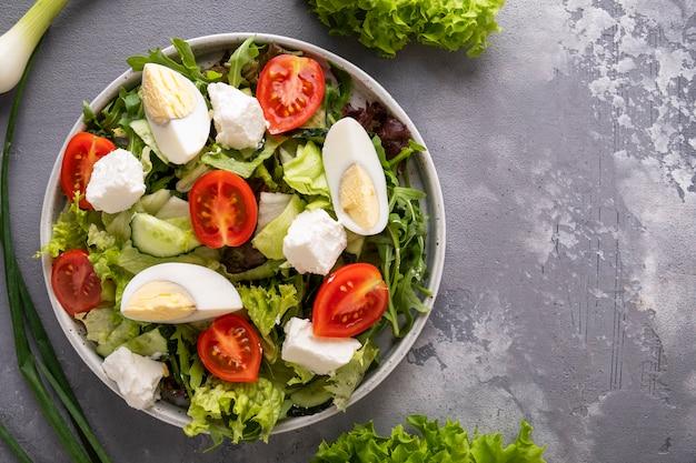 Misto di verdure fresche con uova, pomodori e formaggio. cibo salutare. vista dall'alto. copia spazio