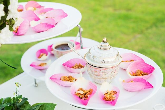 Mescolare il riso fritto contenuto nella foglia di fiori di loto
