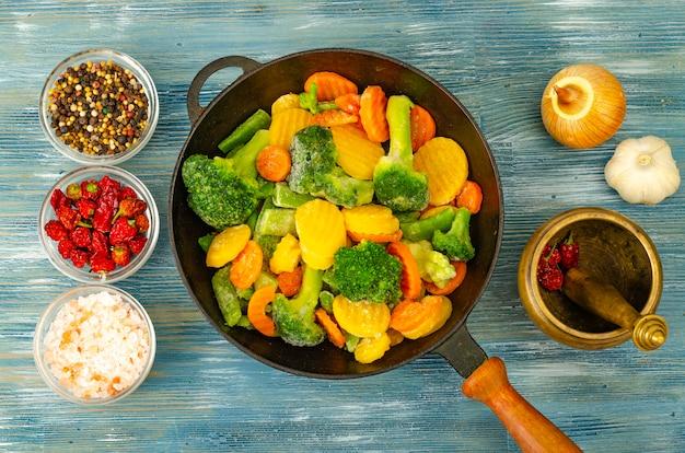 Misto di verdure fresche congelate per friggere