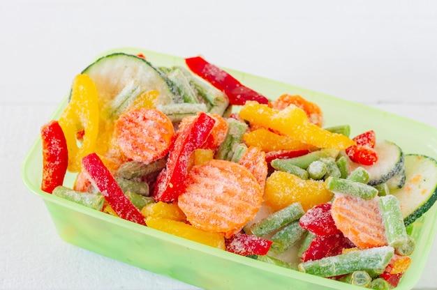 Mix di verdure surgelate in contenitori di plastica. scorte di farina per l'inverno.