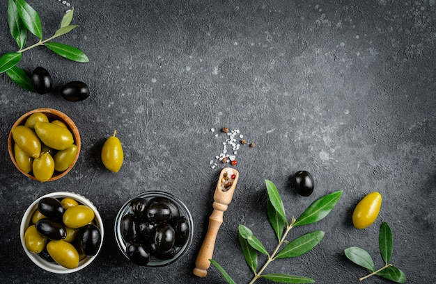 Mix di olive verdi e nere in una ciotola con foglie. cibo italiano. vista dall'alto, copia dello spazio