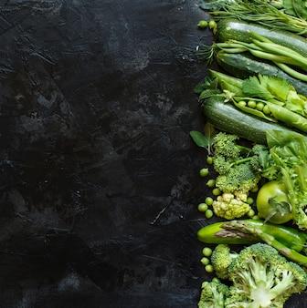 Mix di verdure verdi su sfondo scuro vista dall'alto