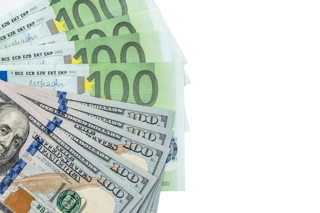 Mix di centinaia di dollari e banconote in euro isolato su bianco