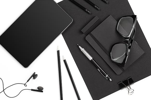 Mix di forniture per ufficio e gadget aziendali su una scrivania moderna
