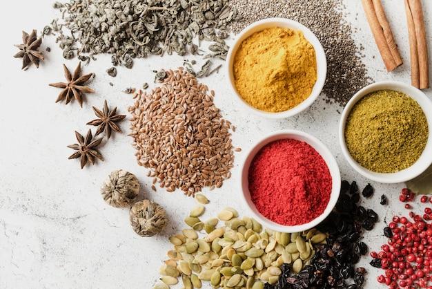 Mix di semi biologici e cibo in polvere vista dall'alto