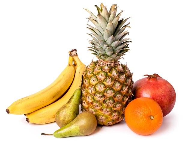 Mix di frutta matura su bianco