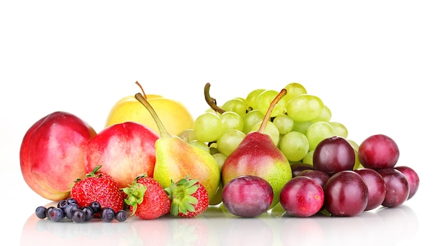 Mix di frutti dolci maturi e bacche isolati su bianco
