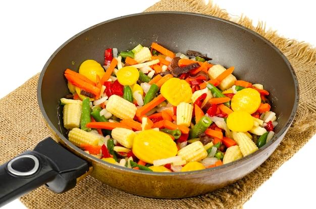 Misto di verdure di stagione in padella. foto di studio