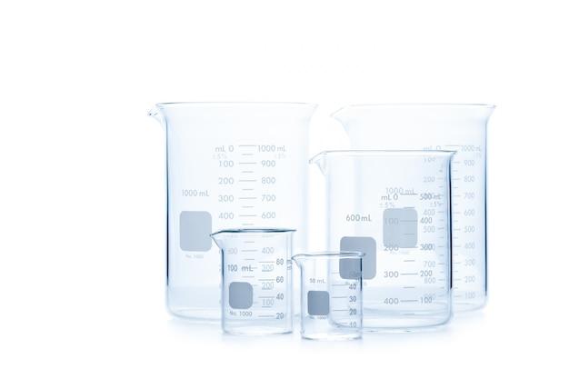 Mescolare le dimensioni dei bicchieri di misurazione per esperimenti scientifici in laboratorio isolato, apparecchiature scientifiche e concetto di istruzione