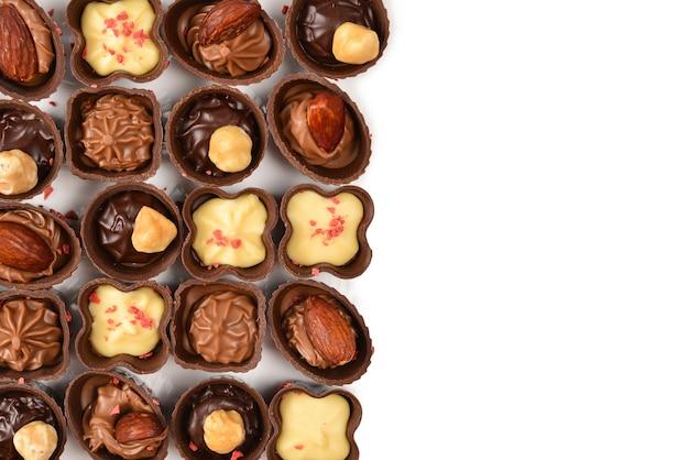 Mix di gustosa raccolta di caramelle al cioccolato isolato su bianco. copia spazio.