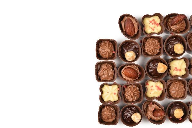Mix di gustosa raccolta di caramelle al cioccolato isolato su bianco