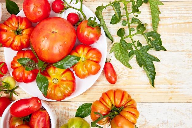 Mix di pomodori sullo sfondo. bellissimi pomodori rossi biologici succosi