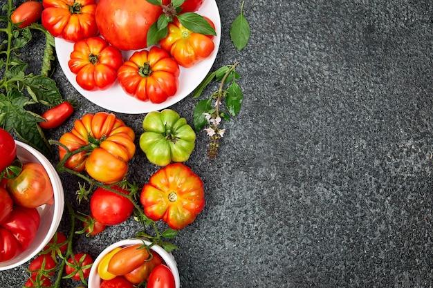 Mix di pomodori sfondo. bei pomodori rossi organici sugosi