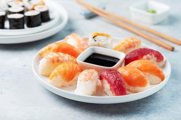 Mix di sushi giapponese tradizionale