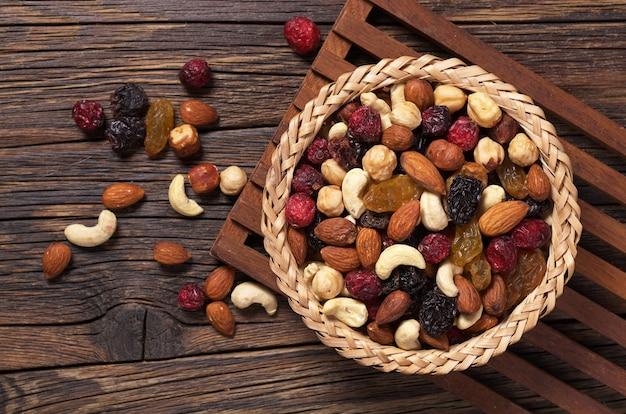 Miscela di frutta secca e frutta secca nel cestello