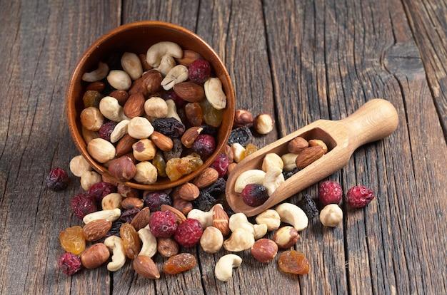Mescolare varie noci e frutta secca in una ciotola