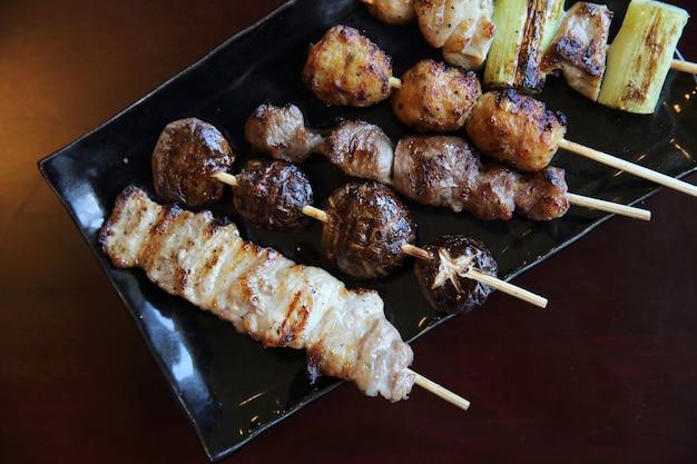 Mescola cibo giapponese di maiale e pollo yakitori
