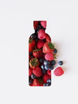 Sottofondo di frutti di bosco con forma di bottiglia tagliata in carta.
