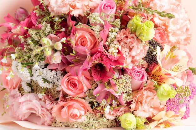 Bouquet misto di rose, fiori di alstroemeria, eustomas
