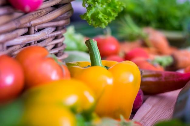 Misto di verdure colorate pronte da cuocere o mangiate fresche da terra. superficie colorata per uno stile di vita sano
